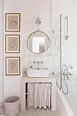Gemauerter Waschbeckenunterbau mit Vorhang im Bad in Beige