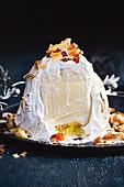 Baked Alaska (Eisbombe) mit Meringue, Ananas, Ingwer und Kokos