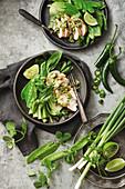 Hähnchen mit Gemüsebeilage und warmem grünen Dressing (China)