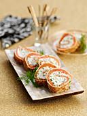 Pfannkuchenröllchen mit Räucherlachs und Dillcreme