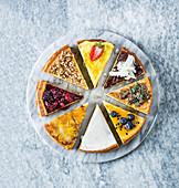 Cheesecakestücke mit verschiedenen Toppings