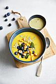 Goldene Mango-Milch mit Heidelbeeren und Kurkuma