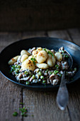 Gnocchi with soya strips in a creamy Zurich-style sauce with peas (vegan)