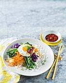 Reis mit Gemüse, Spiegelei und scharfer Chilisauce