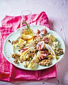 Gegrillter Chicoree mit Feigen und Saatenkrokant