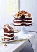 Kakao-Buttermilch-Torte mit glasierten Erdnüssen