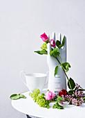 Porzellanhand mit Blumendeko zum Muttertag