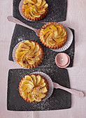 Sponge vanilla tartlets with grilled apple wedges