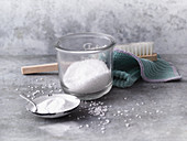 Exfoliation paste made from coarse salt and bicarbonate of soda
