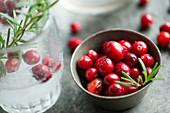 Drink mit Cranberries und Rosmarin