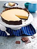 Karamell-Frischkäsekuchen mit Schokoladentäffelchen