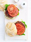 Schnelle Lammburger mit Tomaten und Kapern-Kräutermayonnaise