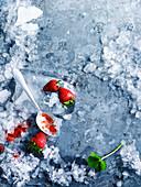 Crushed Ice und Erdbeeren