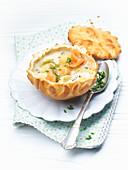 Kartoffelcremesuppe in Brotteigtassen