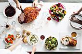 Glasierter Schinken, Reissalat, gebratene Putenbrust und Gemüse, Dip, Brötchen und Räucherlachs