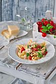 Nudeln mit Tomaten, Mozzarella und Basilikum