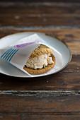 Eiscreme-Sandwich in einer Papiertüte