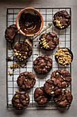Schokoladen-Erdnuss-Plätzchen auf Kuchengitter