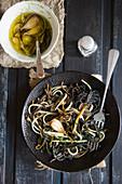 Zweierlei Spaghetti mit Pilzen und Knoblauch (Aufsicht)