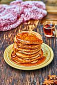 Gestapelte Pancakes mit Ahornsirup