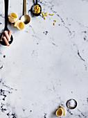 Verschiedene Nudelsorten und Löffel auf Marmoruntergrund