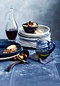 Mediterrane Tischszene mit Oliven und Kapernäpfeln
