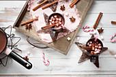 Heiße Schokolade mit Pfefferminze und Marshmallows