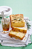 Pound Cake mit Apfelessig, Rosmarin und Honig