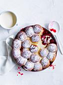 Rhabarber-Erdbeer-Auflauf mit Milchbrötchen-Haube und Vanillesauce