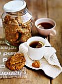 Anzac Kekse in Vorratsglas und Tee