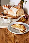 Rustikales Brot und eine Tasse Espresso