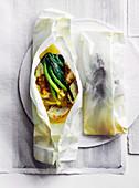 Trompeterfisch mit Currybutter und Babylauch im Pergament gegart