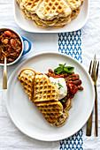 Haferwaffeln mit Ahornsirup-Bohnen und pochiertem Ei