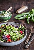 Wildkräuter-Spargel-Salat mit Tomaten, Himbeeren und Bärlauchcreme