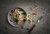 Frische Senfnudeln mit Grünkohl und Salsiccia in einer Schale