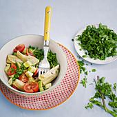 Beauty-Salat mit Avocado und Artischocken