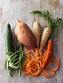 Gurken, Süßkartoffel, Möhre und Pastinaken als Gemüsespirelli