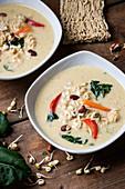 Vegane Kokos-Curry-Suppe mit Mie-Nudeln, Paksoi, Paprika, Cashews und Sprossen