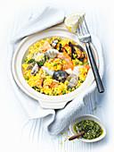 Paella mit Meeresfrüchten und Petersilienpesto