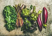 Grünes und purpurrotes Gemüse: Auberginen, Artischoken, Basillikum Spargel und Grünkohl