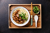 Rindfleisch mit asiatischen Nudeln auf Holztablett (Slow Cooking)