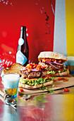 Hamburger mit Paprikarelish und Zwiebeln