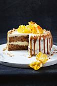 Hummingbird Cake mit Ananas, Bananen, Kokosraspeln, Pecannüssen, Karamelsauce, Frischkäse, Zimt und Whisky