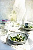 Geröstete Pimientos de Padron serviert mit Maldon-Salz und Weisswein