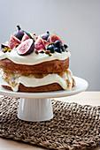 Haselnusskuchen mit Feigen, Honig und Ziegenkäsecreme