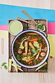Veganer Eintopf mit Couscous, Pilzen, Gemüse und Basilikumdip