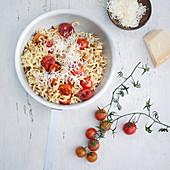 Gabelspaghetti mit Kirschtomaten und Aceto aus der Pfanne