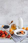 Gesundes Frühstücksmüsli mit Früchten und Honig
