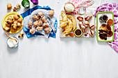 Buffet mit frittiertem Obst und frittiertem Gebäck