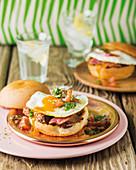 Sandwich mit Rindfleisch und Spiegelei
